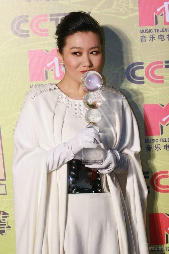 图文:内地年度最佳女歌手谭晶后台亲吻奖杯
