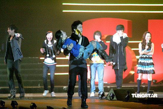 图文:SJ-M圣诞扮圣诞老人--抱起幸运歌迷