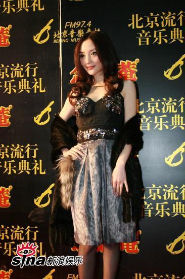 图文:中歌榜红毯--李小璐美丽仪态