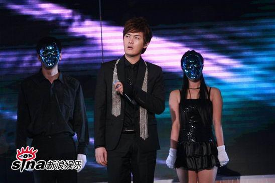 图文:中歌榜典礼现场-吴克群与面具dancer