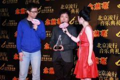 组图:许巍中歌榜获三奖穿黑色T恤台上弹唱