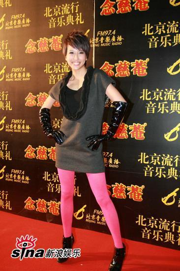 图文:中歌榜红毯--潘嘉丽玫红袜子抢镜