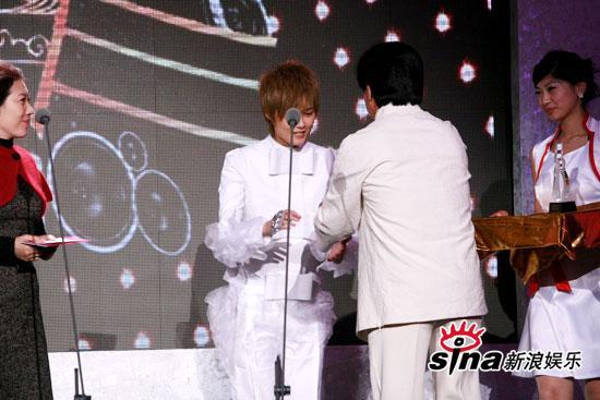 图文:中歌榜现场--成龙给李宇春颁发奖项