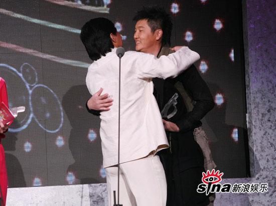 图文:中歌榜现场--孙楠和成龙拥抱