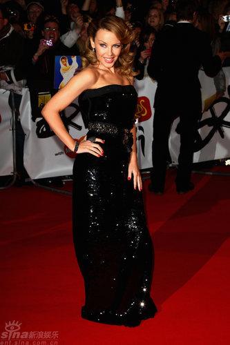 图文:全英音乐奖红毯--凯莉-米洛黑色长裙
