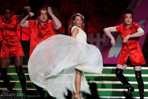 图文:全英音乐奖现场--凯莉米洛裙摆飞扬