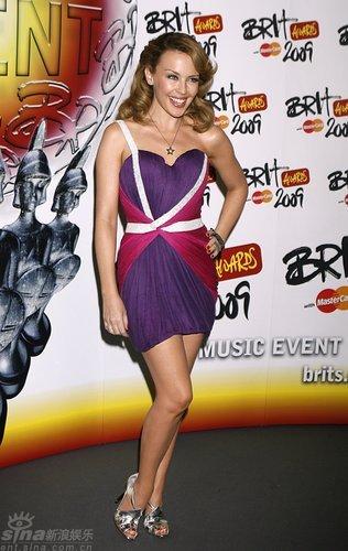 图文:全英音乐奖后台--凯莉-米洛短裙亮相