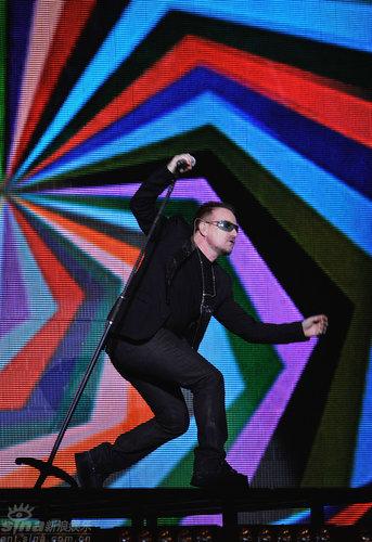 图文:全英音乐奖现场-U2乐队主唱Bono舞姿搞笑