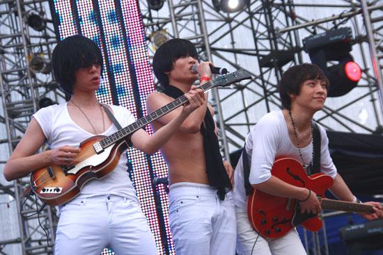 图文:热波音乐节--果味VC主唱裸上身