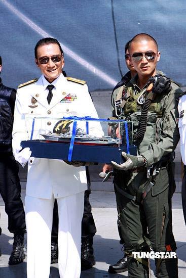 图文:谢霆锋空降航母--获赠航母造型