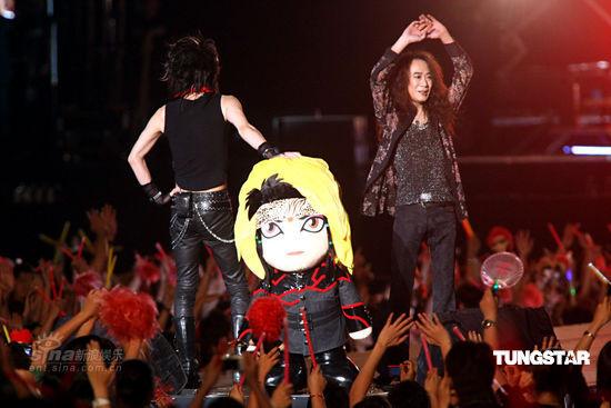 """图文:X-Japan台北开唱--已逝吉他手Hide""""登台"""""""