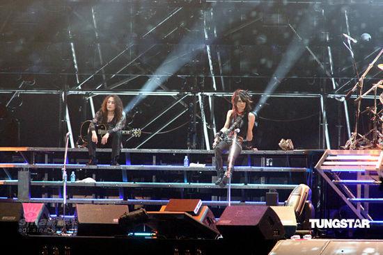 图文:X-Japan台北开唱--坐在舞台上