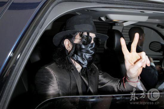 组图:迈克尔-杰克逊出行口罩遮面警车开道