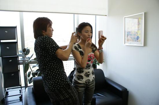 图文:贡米做客新浪首度网聊-造型师为贡米梳头