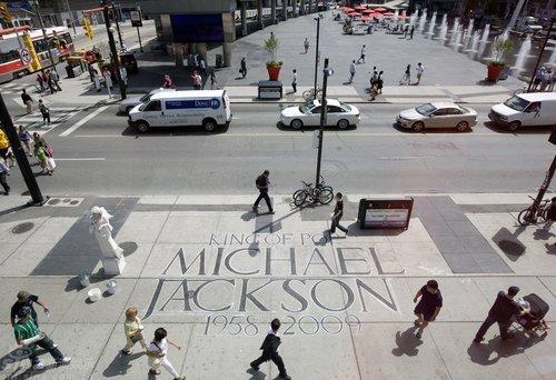 组图:多伦多步行道现巨型杰克逊刻字