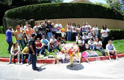 组图:美国粉丝前往杰克逊旧居悼念献巨大花束
