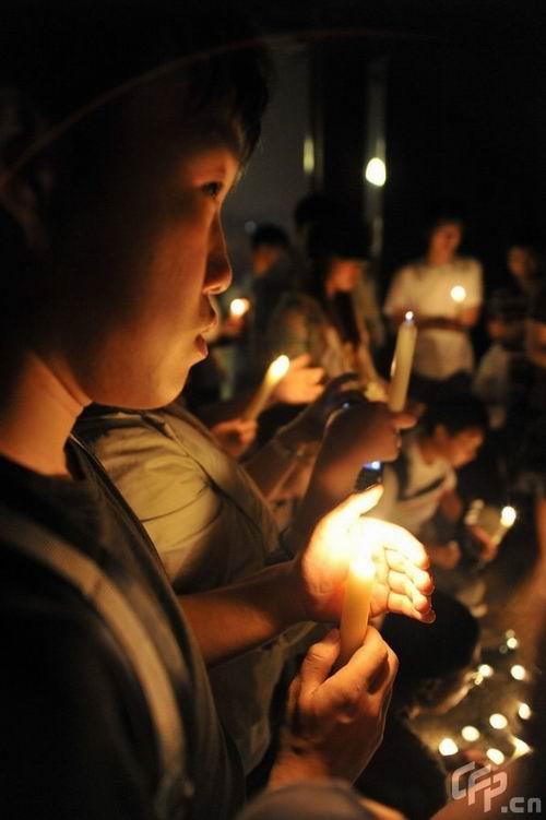 组图:青岛歌迷点亮蜡烛自发为杰克逊守夜祈福