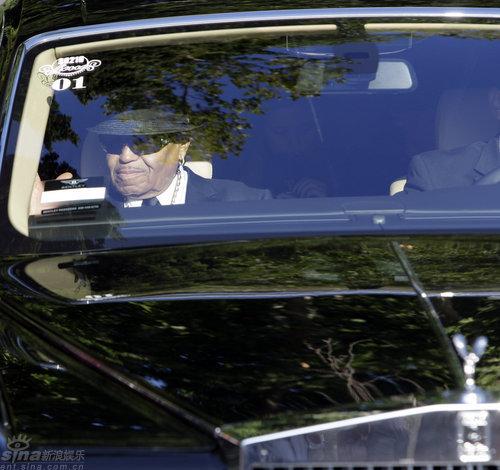 图文:杰克逊父亲露面乘坐劳斯莱斯轿车抵达