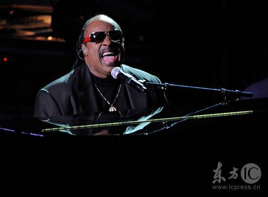 图文:杰克逊公众悼念仪式--史蒂夫-旺德登台弹奏