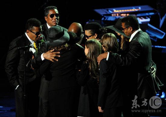 图文:杰克逊公众悼念仪式--杰克逊家人拥抱
