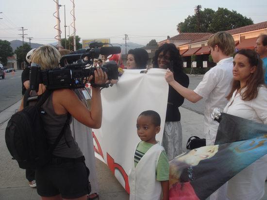 图文:杰克逊葬礼--媒体采访歌迷