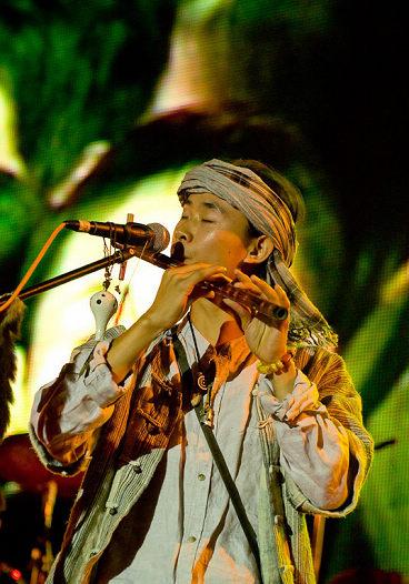 图文:长沙橘州音乐节次日--小不点吹笛子