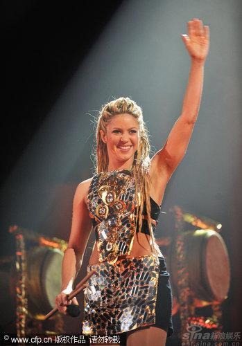 图文:拉丁天后Shakira热舞-举手致意