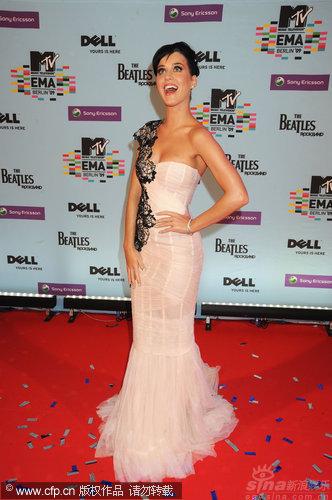 图文:09MTV欧洲音乐奖红毯-凯蒂-佩里惊喜表情