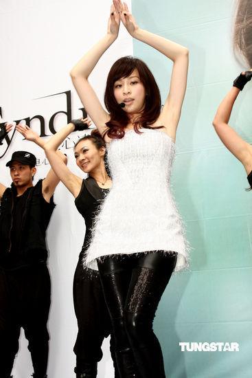 图文:王心凌新专辑签唱会--动感热舞献唱新歌