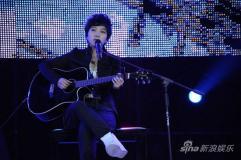 组图:快女10强南京开唱与歌迷共度狂欢夜