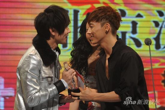 图文:09中歌榜颁奖礼-林俊杰张佑赫相视而笑