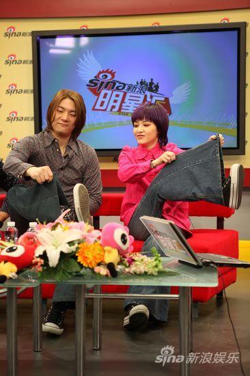 图文:范晓萱做客聊新碟-比较长裤