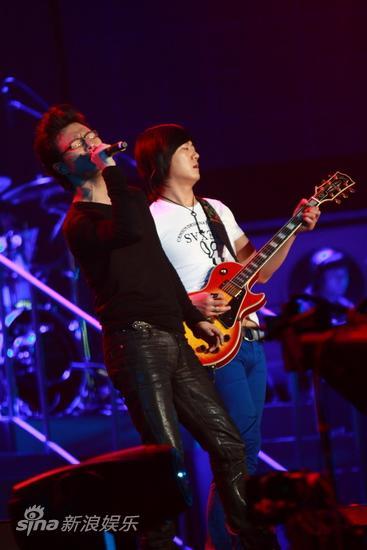 图文:汪峰北京演唱会--和乐队合作无间
