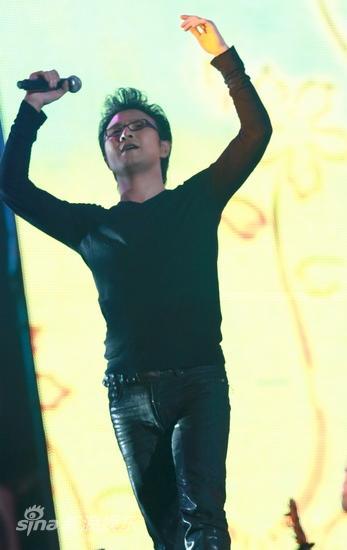 图文:汪峰北京演唱会--唱到兴起