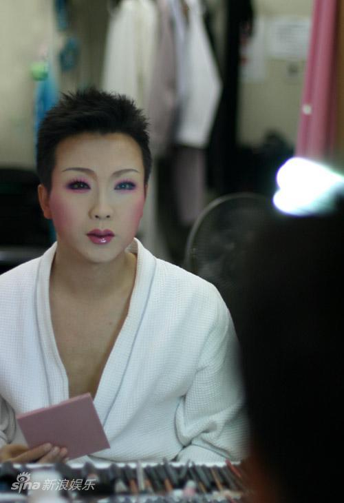 图文:李玉刚巡演化妆花絮--检查妆容