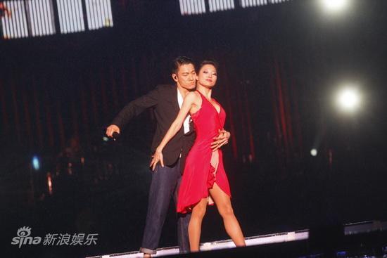 图文:东亚飞扬演唱会-刘德华搂住舞伴