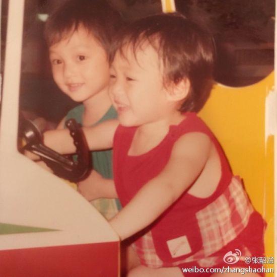 张韶涵晒姐妹童年照 网友直呼呆萌可爱