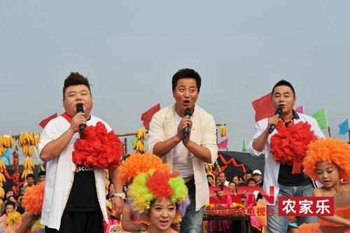 央视7套《乡村大世界》节目主持人,左一为刘刚