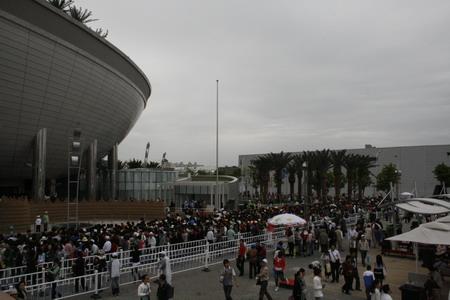 沙特馆的门前也是人口攒动,经常要排3小时以上才能入馆参观
