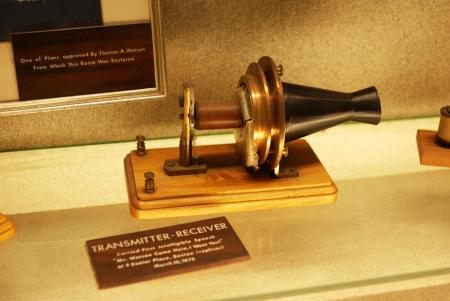 贝尔发明的第一台电话