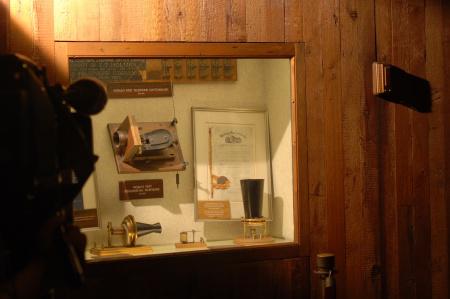 陈列室复原电话发明情景。