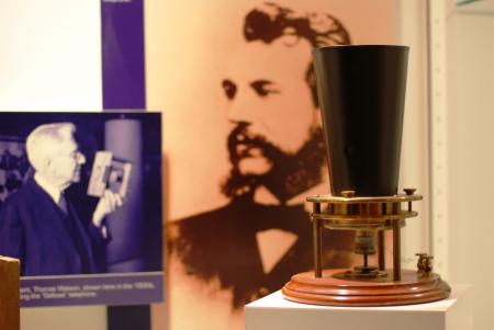 听筒后的两张照片,右边是贝尔,左边是爱迪生。