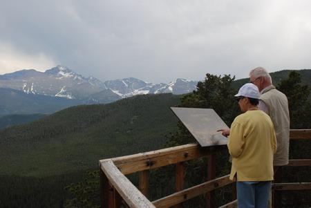 美国洛基山深处的公路边,特意修建了一个观景平台
