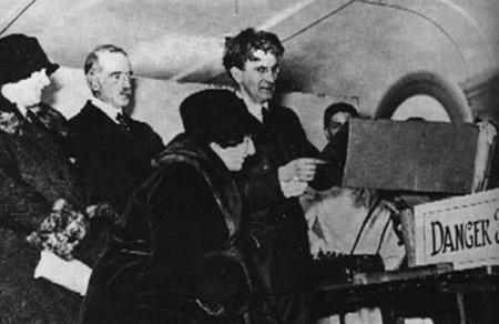 约翰•贝尔德(左起第四人)在展示早期电视