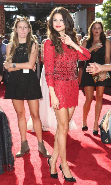 连身裙:杜嘉班纳 (Dolce&Gabbana) 高跟鞋:Casadei 珠宝:尼尔连 (Neil Lane)