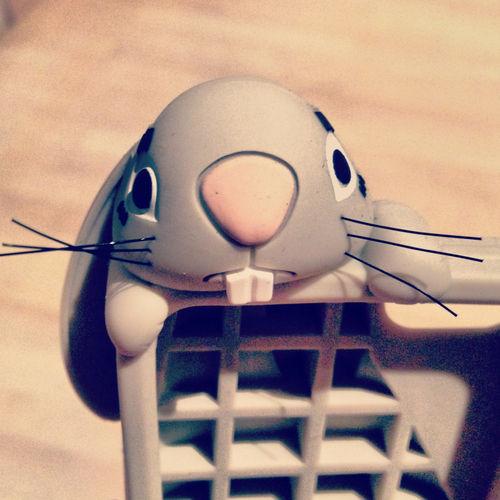 moschino 这款硅胶保护壳饰有一只探头探脑的灰色兔子造型,胡须