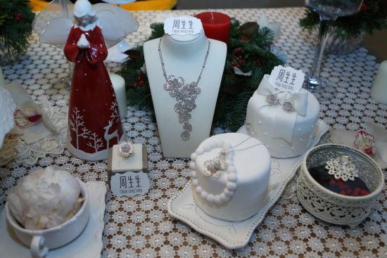 【新珠宝】周生生携手插画师毕奇 用童话珠宝为圣诞涂抹浪漫色彩