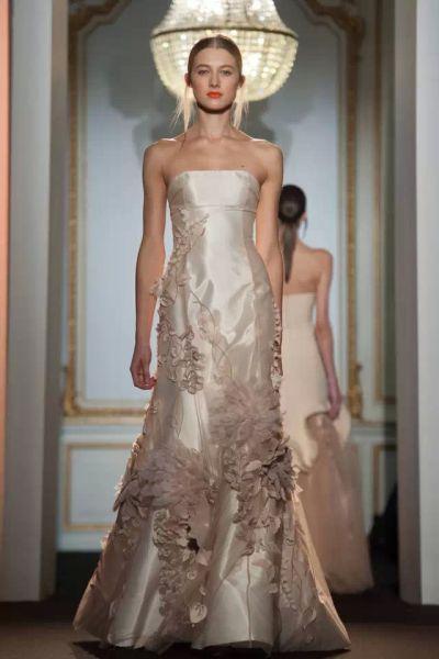 ▲Dany Atrache淡粉色大鱼尾婚纱,立体花朵刺绣镶嵌,清新而优雅。