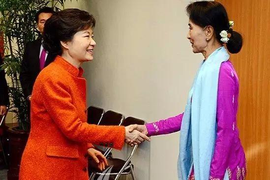 朴槿惠的穿着,相对当选总统前保守的她,从色彩上大胆不少。
