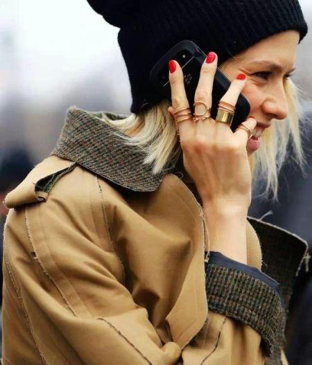 想要提升关节戒指的魅力,可以涂上颜色鲜艳的指甲油,能够立即打造与众不同的美感。